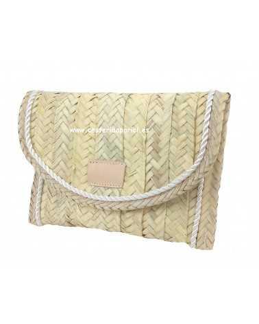 Cartera de palma natural customizada con solapa borde decorado