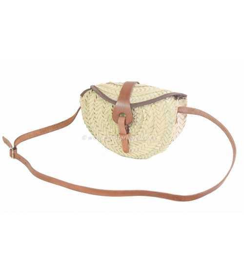 Pequeño bolso con solapa de cuero ibicenco