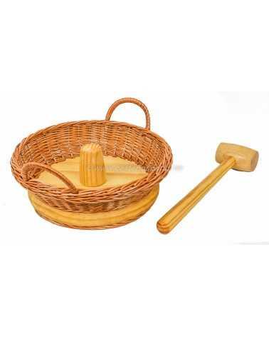 Cascanueces, mimbre y madera con maza